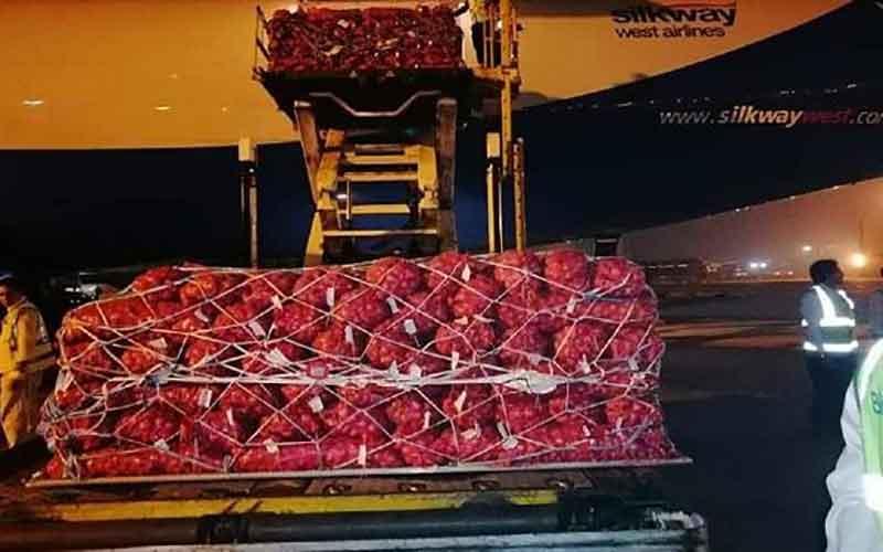 Photo of কার্গো বিমানে ঢাকায় এলো পাকিস্তানের ৮২ টন পেঁয়াজ