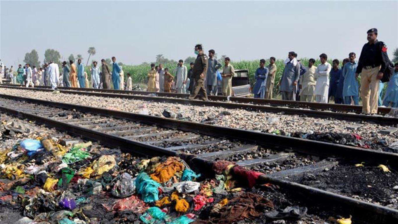 Photo of পাকিস্তানে যাত্রীবোঝাই বাসে ট্রেনের ধাক্কা , নিহত ৩০