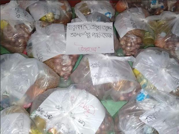 """Photo of অসহায় মানুষদের মাঝে """"বারাকান্দি উত্তরা তরুণ সংঘ """" এর খাদ্যসামগ্রী বিতরণ"""