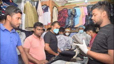 Photo of হিলিতে স্বাস্থ্যবিধি না মেনেই চলছে ঈদের কেনাকাটা